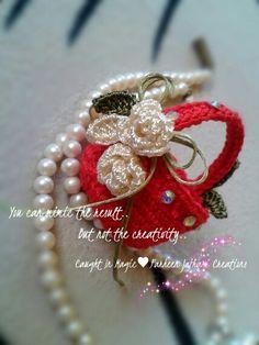 Mini basket of flowers fridge magnet ♥♥ Crochet Pouch, Thread Crochet, Crochet Bags, Barbie Toys, Doll Toys, Perfume, Crochet Videos, Crochet Accessories, Doilies