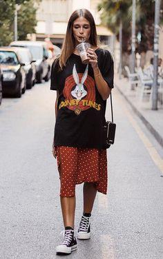 9 dicas para incrementar o look casual - Guita Moda - 9 dicas para incrementar o look casual – T-shirt estampada preta, saia midi vermelha - Basic Outfits, Mode Outfits, Trendy Outfits, Fashion Outfits, Womens Fashion, Fashion Tips, Simple Outfits, Fashion Fashion, Fashion Ideas