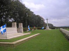 Je marque, avec cette dernière photo de Dieppe, et les drapeaux du Québec, le départ vers d'autres cimetières militaires.