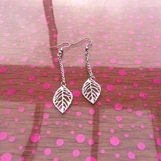 Boucles d'oreilles pendantes avec des breloques feuilles