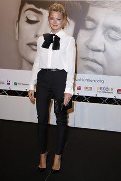 Virginie Efira en look masculin/féminin lors de la cérémonie d'ouverture du 6ème Festival du Film de Lyon, le 13 octobre