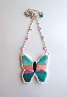 Mano collana farfalla geometrici ricamati con viola verde menta verde smeraldo, pesco su crema di mussola feltro catena posteriore e argento