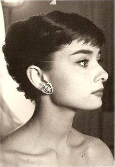 Audrey Hepburn has her first taste of a Hollywood still session.it's long and tiring! Audrey Hepburn Photos, Audrey Hepburn Style, Non Plus Ultra, She Movie, Golden Age Of Hollywood, Brigitte Bardot, Hollywood Actresses, Marlene Dietrich, Picture Photo