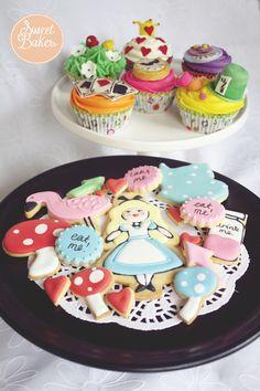 Alice in Wonderland Cookies and Cupcake set. By Sweet Bakes.