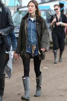 Alexa Chung -Glastonbury: where women pair Hunter boots with everything from formal dresses to shorts. See all the best street style from the festival. Festival Chic, Festival Mode, Festival Dress, Festival Fashion, Glastonbury Outfits, Glastonbury 2015, Barbour Jacket Outfit, Barbour Jacket Women, Alexa Chung Style