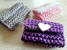 . . . #crochet #clutch #clutchbag #crochetbag #crochetclutch #bag #canta #cüzdan #knit #stricken #häkeln #örgü #örüyorsamsebebivar #tejer #virka #accessorize #aksesuar #giyim #yarnart #crafty #etsy #10marifet #wool #fiodemalha #trapillo #tshirtyarn #penyeip #deryabaykal