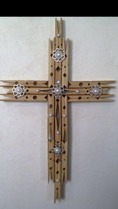 Clothes pen cross Source by hlmila pin crafts Popsicle Stick Crafts, Craft Stick Crafts, Crafts To Sell, Home Crafts, Easy Crafts, Wooden Crosses, Crosses Decor, Clothespin Cross, Clothes Pin Wreath