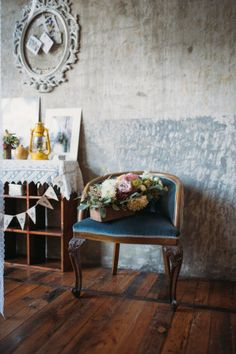 gorgeous vintage wedding decor http://weddingwonderland.it/2015/11/the-love-affair-matrimonio-boho-chic.html