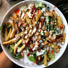 FIT kebab na frytkach - przepis na pyszny i zdrowy kebab z filetem kurczaka, domowymi zapiekanymi ziemniakami i miksem ulubionych warzyw!