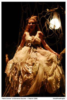 """""""Nella Cenere"""" (2008), uno spettacolo di Giovanna Facciolo, con Adele Amato de Serpis, Cristina Messere, Valentina Carbonara. Scene di Roberto Crea. Foto di Pino Miraglia"""