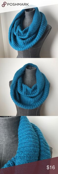 """Traditional Knit Infinity Scarf in Blue d e s c r i p t i o n  Soft and cozy, this traditional knit infinity scarf is sure to keep you warm and stylish through those cold winter months. In good used condition.  c o n t e n t  100% acrylic   m e a s u r e m e n t s ✂️  size + OS 