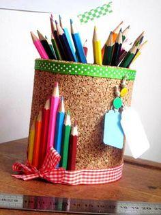 Pot à Crayons en liège Diy Couture Cadeau, Diy Cadeau Maitresse, Easy Crafts, Crafts For Kids, Diy Crayons, Pot A Crayon, Craft Organization, Recycled Crafts, Teacher Appreciation