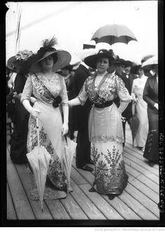 Les Drags, 1912 [Auteuil, 28 juin 1912, deux femmes en grande toilette] : [photographie de presse] / [Agence Rol]