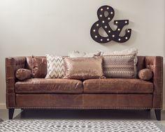 Vår nye og kule spisesofa i vintage skinn! Rustikt, vintage og stilig. Puter og lysbokstav fra Trend Design.