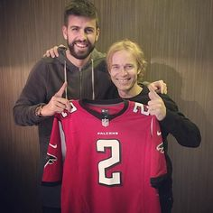 Gerard Piqué: A big friend brought me the Falcons shirt! I'm ready for the Superbowl . Shakira, Big Friends, Im Ready, Super Bowl, Funny Memes, Bring It On, Graphic Sweatshirt, Lol, Shirts