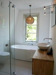 vrijstaand bad, lichte kleuren en materialen