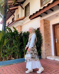 Instagram Modern Hijab Fashion, Street Hijab Fashion, Batik Fashion, Modesty Fashion, Hijab Fashion Inspiration, Muslim Fashion, Look Fashion, Korean Girl Fashion, Fashion Outfits