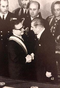 Salvador Allende es saludado por Eduardo Frei, una vez realizado el cambio de mando, 4 de noviembre de 1970 Che Guevara, Socialism, Latin America, Painting, World, Cold War, Giving Up, Allegiant, Politics