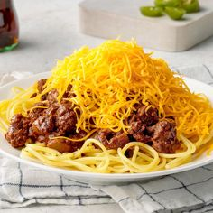 Cinnamon and cocoa give a rich brown color to this hearty Cincinnati chili. This dish will warm you up on a cold day. Asian Recipes, Beef Recipes, Soup Recipes, Great Recipes, Cooking Recipes, Healthy Recipes, Ethnic Recipes, Cincinnati Chili, Beef Dishes