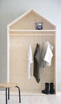 Luona In -talonaulakossa on puinen rekkitanko, johon voit ripustaa lasten ja miksei vaikka aikuisenkin vaatteet. Vanerinen vaaterekki on kaunis sisustuselementti.