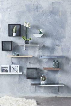 Eigen Huis en Tuin   Praxis. Leuke manier om je kale muur op te vullen. Wandplankjes met daarop vaasjes, fotolijsten en natuurlijk een hippe cactus maken je wand tot een waar kunstwerk.