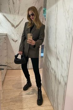 Rosie Huntington-Whiteley wearing Bottega Veneta Square-Frame Aviator Metal Sunglasses, Bottega Veneta Jodie M Blazer Fashion, Star Fashion, Fashion Outfits, Spring Fashion Trends, Autumn Fashion, Classic Work Outfits, Rosie Huntington Whiteley, Rosie Whiteley, Model Look