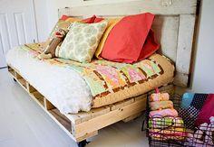 Un semplice tutorial per realizzare un pratico divano in pallet con il riciclo creativo. Il divanetto con i bancali sarà perfetto per giardini e balconi!