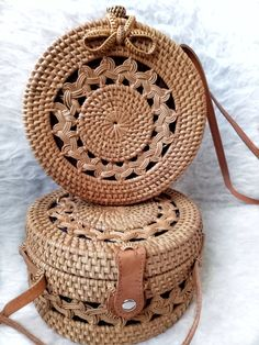 Round Rattan Bag Ubud Wicker - Women's style: Patterns of sustainability Round Straw Bag, Round Bag, My Bags, Purses And Bags, Handmade Bags, Fashion Bags, Bali Fashion, Bag Making, Wicker