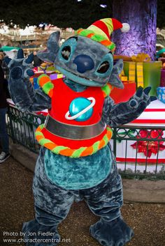 Disneyland Paris, France Dec 2014 Visit our site Disney Character Central for tons more Disney and Character pictures! Lilo And Stitch 3, Stitch And Angel, Disney Stitch, All Disney Characters, Disney Princesses And Princes, Disneyland Costumes, Disney Costumes, Disney Love, Disney Disney