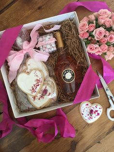 Client Gifts don't have to only arrive during the holidays. Surprise Clients with Custom Valentine Gifts. Friend Valentine Gifts, Valentines Gift Box, Little Valentine, Valentine Cookies, Valentine Heart, Diy Gift For Bff, Diy Gifts For Friends, Wedding Welcome Gifts, Employee Appreciation Gifts