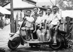 Vietnam Image, Vietnam War Photos, Saigon Vietnam, South Vietnam, Vespa, Foto Picture, Vietnam History, Kid Poses, Fotografia