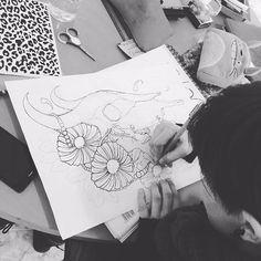 Dibujando en @blackfenix.es , la foto esta tomada por @simonblackfenix , será de las pocas veces que pueda enseñaros una foto mia trabajando  #working #drawing #blackfenix #tattoodesign #tattooidea #traditionalart