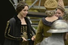 Actors filming The White Princess at Wells Cathedral The White Princess, White Queen, Philippa Gregory, Tudor Dynasty, Catherine Of Aragon, Suki Waterhouse, Wars Of The Roses, Medieval Fashion, Fotografia