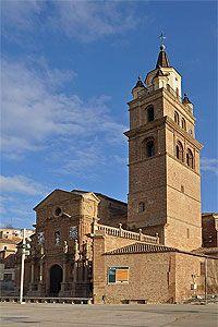 Catedral de Calahorra  La catedral de Calahorra forma parte de la diócesis de Calahorra y La Calzada-Logroño. Su origen es muy antiguo, y se relaciona con los mártires Celedonio y Emeterio que murieron martirizados alrededor del año 300 en este mismo lugar.España.