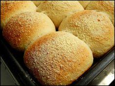 ponto da massa         polvilhe fubá em cima dos pâezinhos           Pão Fofinho    Ingredientes    4 a 5 xícaras de farinha de trig...