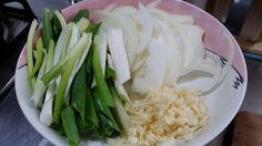 26. 有人知道 韓國部隊鍋嗎?也許有人吃過 這個鍋也是 韓國 國民美食喔~,今天我找妳們 怎麼做 (1) 蔥,洋蔥,蒜頭,先切好