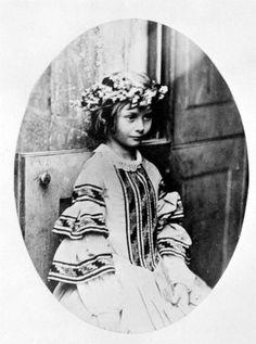 Alice Liddell vestida para la fiesta de mayo, fotografía por Lewis Carroll, o mejor dicho Charles Lutwidge Dodgson