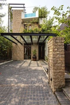 Towering trellises climb the tall exterior walls of the home, where determined climbing plants make their quiet journey to the rooftop. Carport Designs, Garage Design, Pergola Designs, House Design, Pergola Kits, Loft Design, Landscaping Design, Pergola Ideas, Modern Design