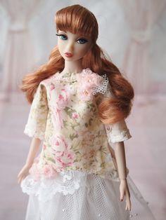 エントリーNo.060 せつこ様。腕を短くし、前の裾のかたちを変えた他は型紙のままで作りました。ミサキにやさしい雰囲気の服にしたくて花模様の布にチュールやパールを合わせました。5/4