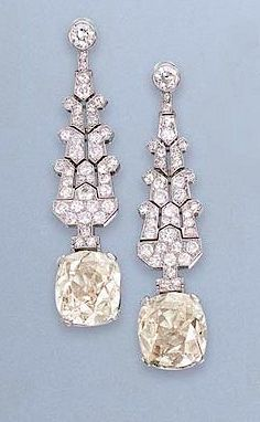 A PAIR OF ART DECO D beauty bling jewelry fashion