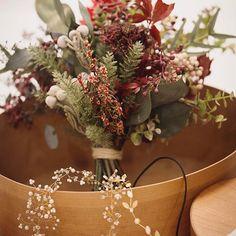 フォトシュートで使用したプリザーブドのブーケとヘアアクセサリー✨くすんだ赤い花や実物を入れて大人っぽく仕上げてもらったお気に入りです。 #raque #ブーケ #プリザーブドフラワー #プレ花嫁 #weddingphoto #ユーカリ #ウェディングブーケ #花束 #メゾンプルミエール #ウェディング