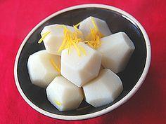 里芋は子孫繁栄の縁起物。おせちに用意する煮物のレパートリーにぴったりな、里芋の含め煮の作り方を紹介します。やわらかくて、ねっちりとした里芋を、薄めに味付けした煮汁にじっくりと浸して味を含めます。
