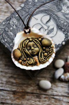 Mermaid Pendant Necklace with Sea Shell Handcrafted por TRaewyn