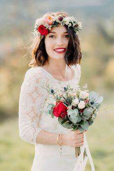 Sublime mariée dans sa robe Laure de Sagazan. Bouquet de mariée rouge, pêche avec quelques touches de bleu. Couronne de fleurs  confectionnée par La petite boutique de fleurs. Crédit photo: Doune Photo