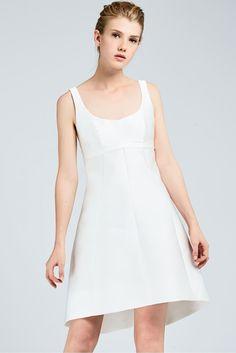 KENZIA, milk-coloured short dress with asymmetrical bottom in double duchesse. The dress is embellished with a small duchesse hem and a vertical seam motif. #MaxMaraBridal #weddingdress #abitodasposa