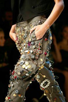 """Résultat de recherche d'images pour """"haute couture et accumulation de boutons"""""""