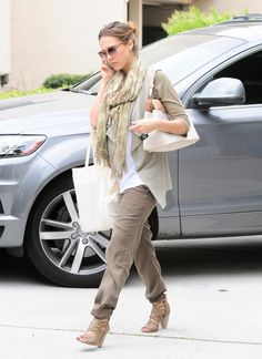 Jessica layers her bump Bump Style, Love Her Style, Casual Office Wear, Jessica Alba Style, Maternity Fashion, Maternity Style, Fashion Outfits, Womens Fashion, Fashion Trends