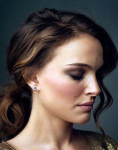 Love this hair / make-up combo on the gorgeous Natalie Portman Elegant Hairstyles, Pretty Hairstyles, Long Hairstyles, Wedding Hairstyles, Nathalie Portman Style, Pixie Cut Kurz, Actrices Hollywood, Hair Color Highlights, Dark Lips