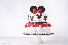 Zweistöckige, saftige Schokoladentorte mit Minnie-Mouse Dekoration. Zubereitung: 4-7 Stunden Es empfiehlt sich die Tortenböden und die Ganache am Vortag zuzubereiten, damit die Tortenböden im Kühlschrank und die Ganache bei Zimmertemperatur oder in einem kühlen Raum ruhen können. Die beiden Torten bestehen jeweils aus einem saftigen Schokoladenkuchen, der mit Kirschsaft getränkt und mit etwas Ganache gefüllt …