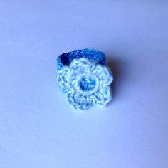 Anellino a fascia azzurro in cotone con fiorellino, fatto a mano all'uncinetto, by La piccola bottega della Creatività, 5,50 € su misshobby.com
